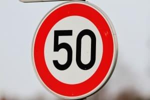 Zu schnell innerorts: Wer die vorgeschriebenen 50 km/h überschreitet, riskiert Sanktionen
