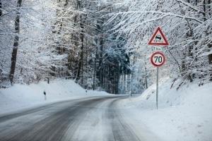 Die zulässige Höchstgeschwindigkeit außerhalb geschlossener Ortschaften hängt ach von der Witterung ab.