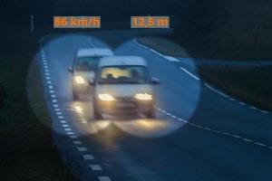 Wer die zulässige Höchstgeschwindigkeit innerorts übertritt, muss mit einem Bußgeld rechnen.